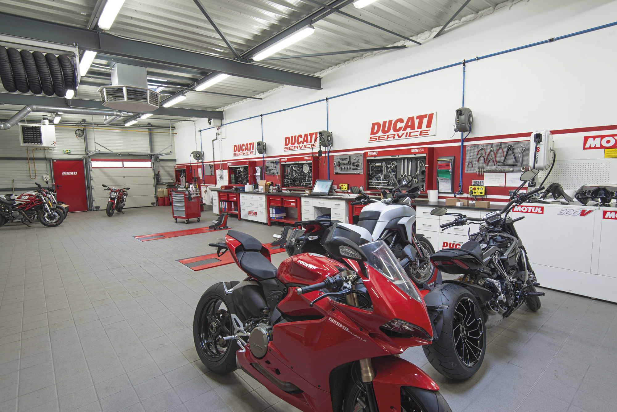 ducati store de metz. Black Bedroom Furniture Sets. Home Design Ideas